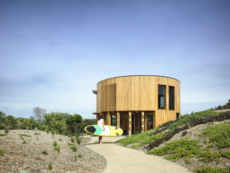 wild-bush-sand-dunes-and-scrub-surrounds-the-circular-home-the-architects-were-careful-to-minimize-the-building-impact-on-the-fragile-landscape